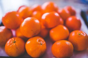 Close up photo of oranges on a table